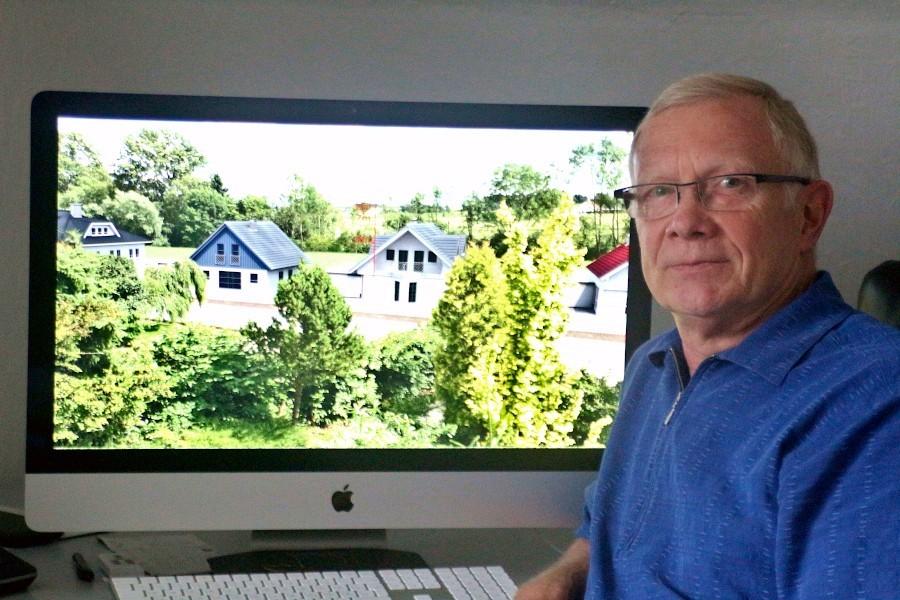 Horst Koring zeigt auf dem Bildschirm die Ansicht, die das Planungsbüro auch der Politik präsentiert hat. Archivfoto: Thomas Dohna