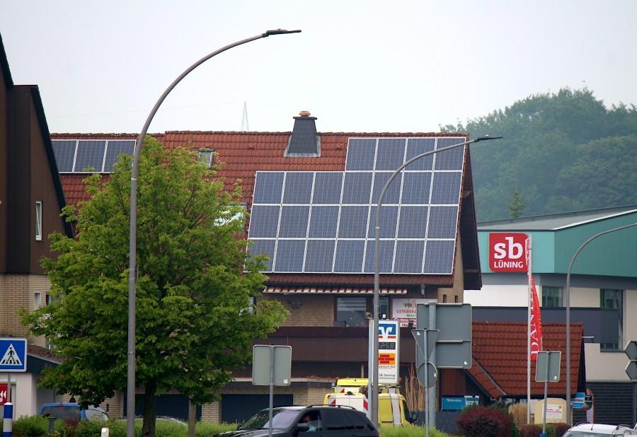 Dieses Geschäftshaus an der Hauptstraße trägt eine Solaranlage auf dem Dach. Landesweit sind nur drei Proznet der Dächer mit Solaranlagen ausgestattet. Foto: Thomas Dohna
