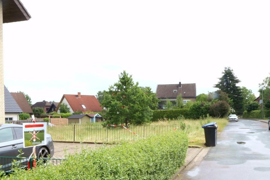 Auf der Fläche hinter dem Zaun am Friedhofsweg in Schuckenbaum sollen zwei Mehrfamilienhäuser mit je fünf Wohnungen entstehen. Das hat ein Investor gegenüber den Leopoldshöher Nachrichten bestätigen lassen. Foto: Thomas Dohna