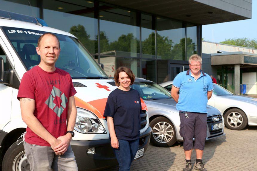 Martin Reiß (links) spendete zum 25. Mal Blut. Den Spendentermin des Deutschen Roten Kreuzes organisierte Kirsten Friedrichs. Detlev Schewe gab zum 100. Mal Blut ab. Foto: Thomas Dohna