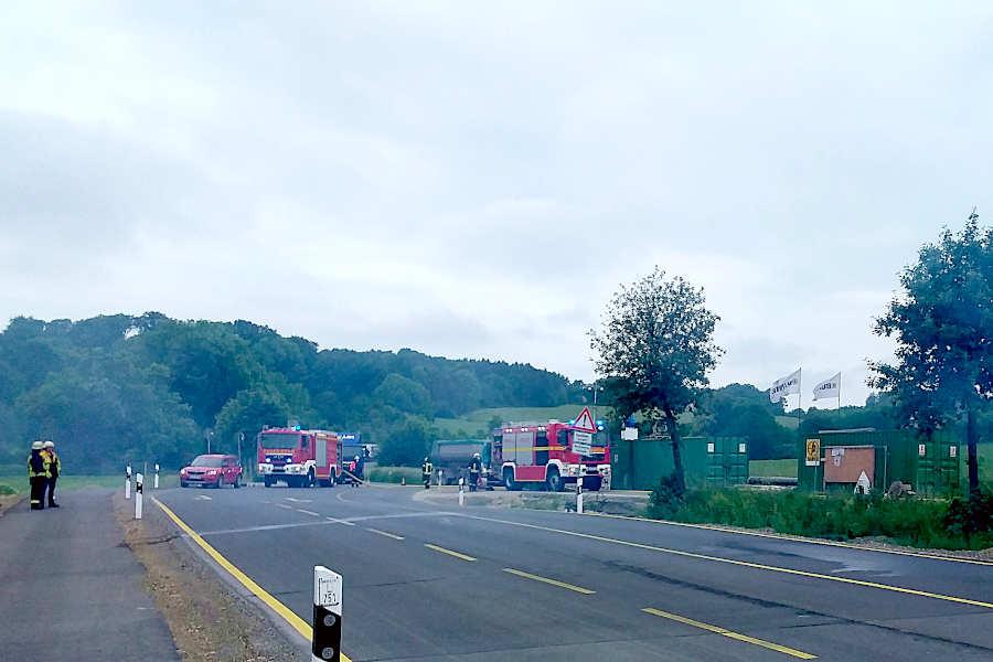 Zwei Fahrzeuge der Freiwilligen Feuerwehr Oerlinghausen alarmierte der Einsatzleiter nach, um die Wasserversorgung sicherzustellen. Foto: Freiwillige Feuerwehr Leopoldshöhe / Christoph Keßler