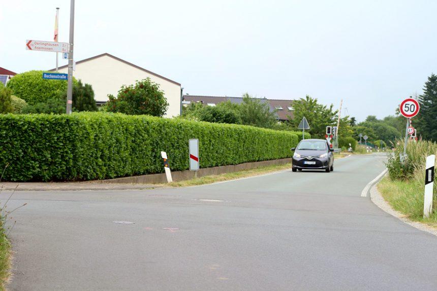 Die Einmündung der Buchenstraße auf die Grester Straße wird ab heute teilweise und ab Montag voll gesperrt. Das Wasserwerk Leopoldshöhe arbeitet dort an seinem Netz. Foto: Thomas Dohna