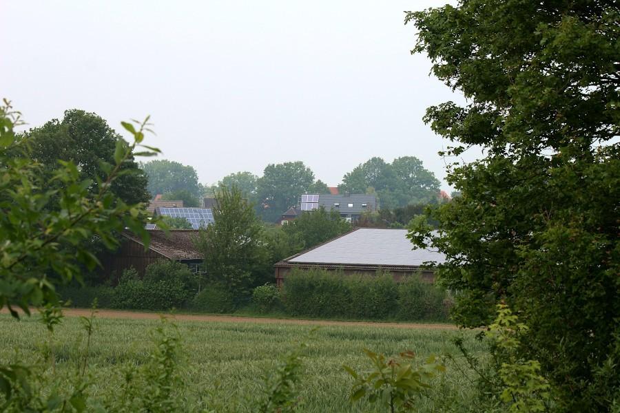 Drei Dächer tragen Photovoltaikanlage. Würden alle Dächer in NRW mit solchen Anlagen versehen sein, könnte der halbe Energiebedarf des Landes gedeckt werden. Foto: Thoma Dohna