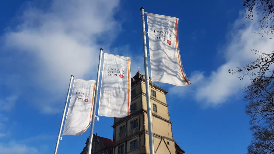 Die Fahnen des Landesverbands Lippe wehen am SchlossBrake. Foto:  Landesverband Lippe / Henkel