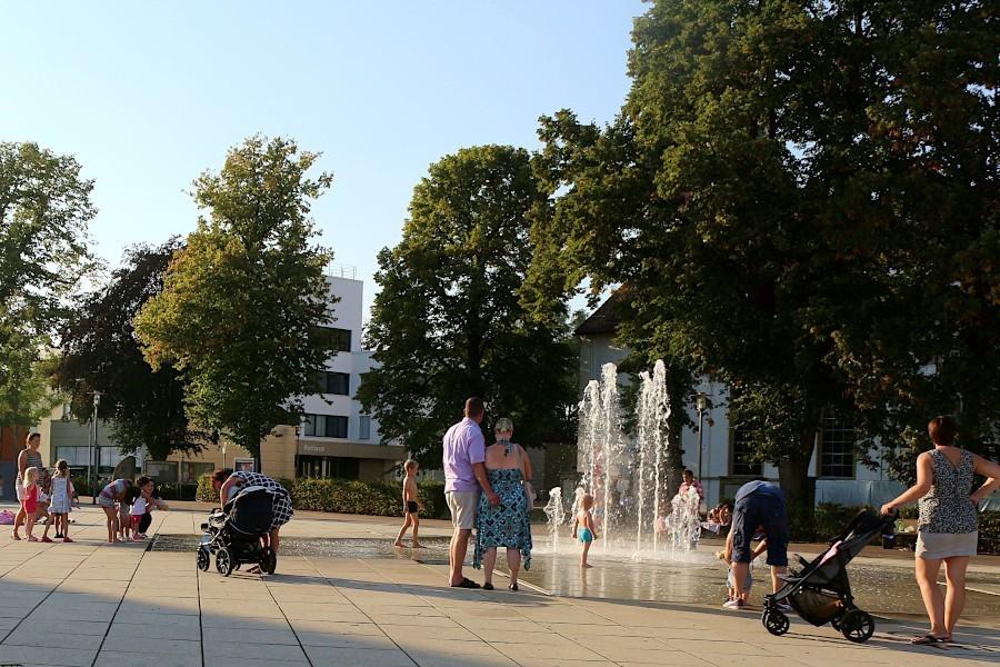 Im Sommer werden die Fontänen auf dem Leopoldshöher Marktplatz gern als eine Art Freibad benutzt. Wer ins richtige Freibad will, darf ab heute, 1. Juni 2021, nach Bielefeld fahren. Archivfoto: Thomas Dohna