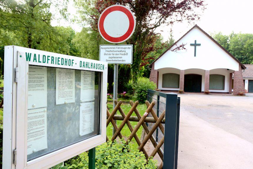 Auf dem Waldfriedhof Dahlhausen muss ein Gräberfeld früher als geplant saniert werden, weil ein vor vier Jahren saniertes Feld schon fast voll belegt ist. Foto: Thomas Dohna