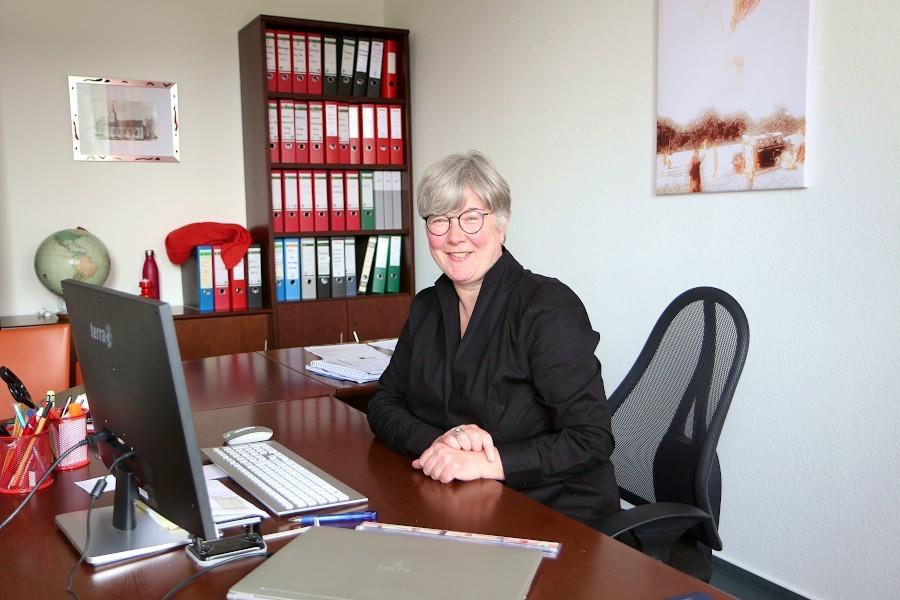 Gundula Huvendiek ist seit genau einem Jahr Geschäftsführerin der evangelisch-reformierten Kirchengemeinde Leopoldshöhe, eine in Lippe einzigartige Position. Foto: Thomas Dohna