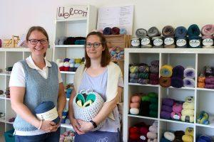Sabrina Karlem und ihre Mitarbeiterin Helga Szilagyi präsentieren Wolle und was man daraus machen kann. Foto: Thomas Dohna