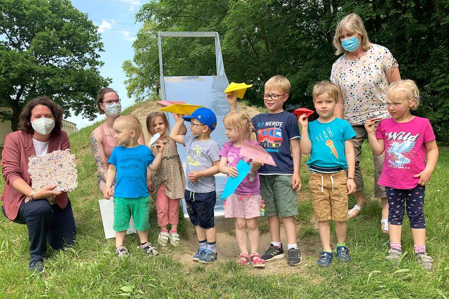 """Bundestagsabgeordnete Kerstin Vieregge (links) besucht die Kita Greste am """"Tag der kleinen Forscher"""". Die Erzieherinnen haben Papierflieger mit den Kindern gebastelt. Foto: privat"""