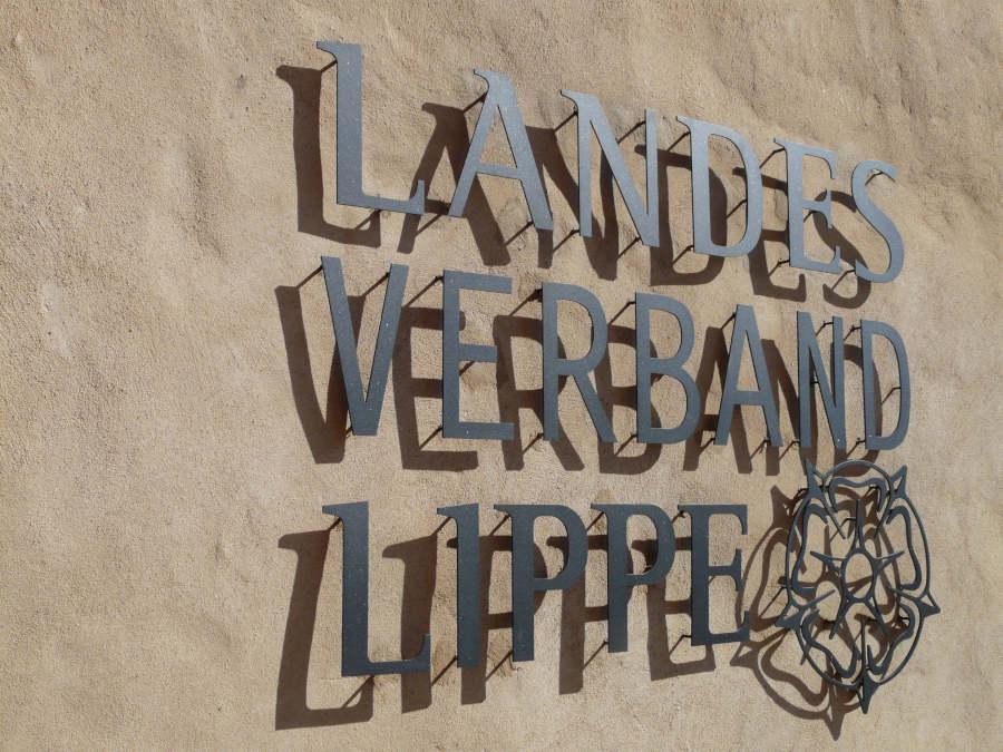 "Schriftzug ""Landesverband Lippe"" am Schloss Brake, dem Verwaltungssitz. (Foto: Landesverband Lippe)"