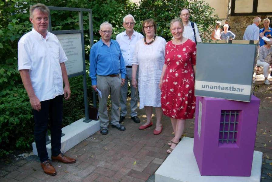 Einweihung des Erinnerungsortes zur Hexenverfolgung in der Tintelnot-Twete. Mit Andreas Mattke, Martin Hankemeier, Dr. Rüdiger Henke, Christ-Dore Richter, Dr. Bärbel Sunderbrink und Dr. Nikolas Rügge (von links)