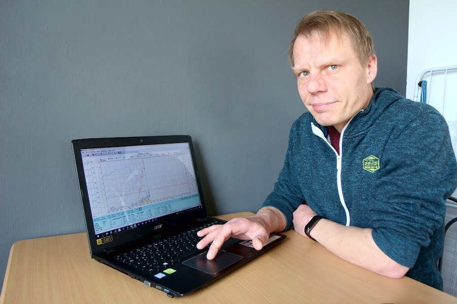 Oliver Bürger sitzt an seinem Laptop, auf dem eine Grafik mit Aufzeichnungen seiner Wetterstation zu sehen ist. Foto: Thomas Dohna
