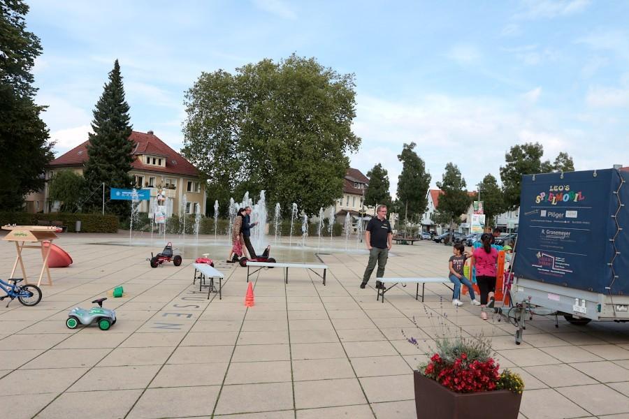 Das Spielmobil des Jugendzentrums Leos ist freitags auf dem Leopoldshöher Marktplatz und bietet Spiele an. Foto: Thomas Dohna