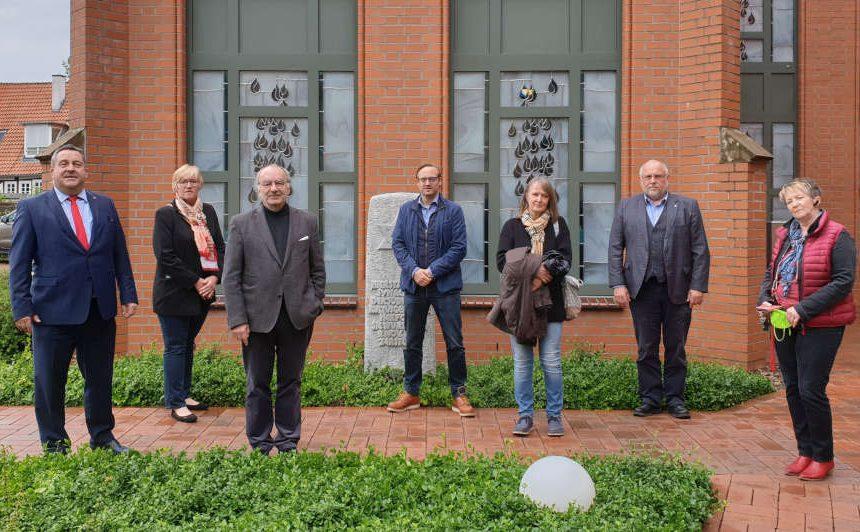 Trafen sich zum Gespräch in der Synagoge (v.li.): Landrat Dr. Axel Lehmann, Heike Görder (CDU), Prof. Matitjahu Kellig, Henning Welslau (SPD), Ute Meyer (FDP), Werner Loke (Bündnis 90/Die GRÜNEN) und Ursula Jacob-Reisinger (Die LINKE).