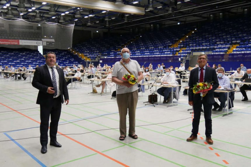 Landrat Dr. Axel Lehmann (links) begrüßt die neuen Behindertenbeauftragten: Michael Meier (Behindertenbeauftragter, rechts) und Rolf Schnülle (stellvertretender Behindertenbeauftragter, Mitte). Foto: Kreis Lippe