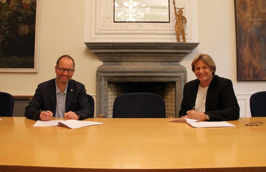 Günter Weigel (LTM-Geschäftsführer) und Landesverbandsvorsteher Jörg Düning-Gast unterzeichnen die Rahmenvereinbarung zur nachhaltigen Sicherung der Wanderqualität in Lippe