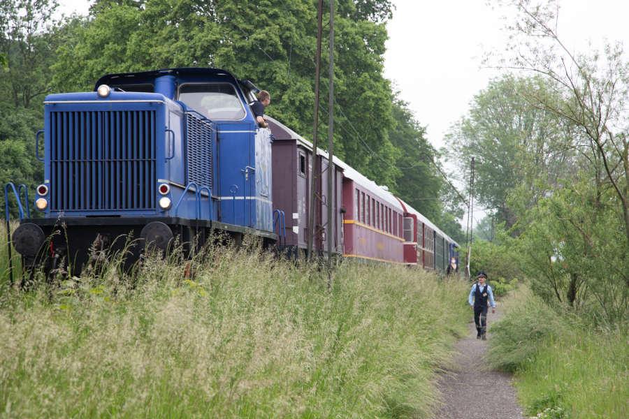 Lokführer Adrian Fahrenkamp und Zugführer Raphael Kahlert mit der Diesellok auf der Strecke zwischen Bösingfeld und Alverdissen. (Peter Wehowsky)