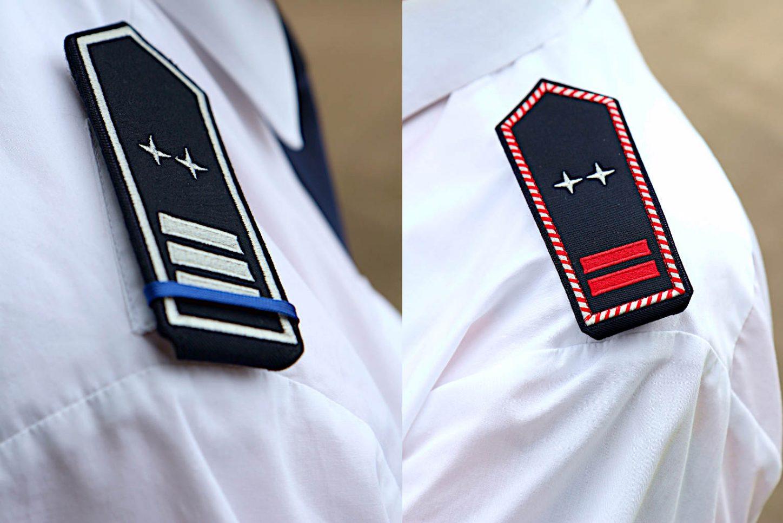 Das Abzeichen links zeigt einen Gemeindebrandinspektor (drei Streifen) als Zugführer (zwei Sterne) in der Ehrenabteilung (blaue Litze). Das Abzeichen rechts zeigt eine aktive Oberbrandmeisterin (zwei rote Streifen mit weiß-roter Kordel) als Zugführerin (zwei Sterne). Fotos: Thomas Dohna