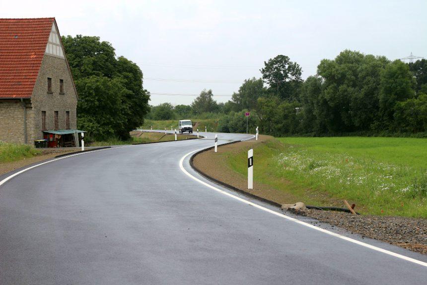 Die Fortführung der Alleestraße ist fertig und befahrbar. Die Begrenzungspfähle sind gesetzt. Auf der Straße dürfen maximal 30 Kilometer pro Stunde gefahren werden. Foto: Thomas Dohna