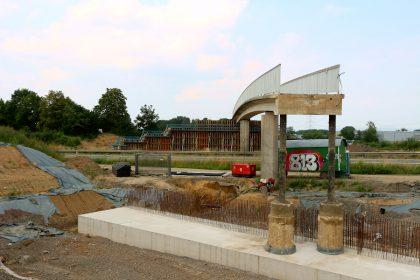 """Im Vordergrund sind das Fundament, im Hintergrund die Verschalung für je eine der Stützwände, die an der Brücke """"Am Bollholz"""" entstehen sollen, zu sehen. Foto: Thomas Dohna"""