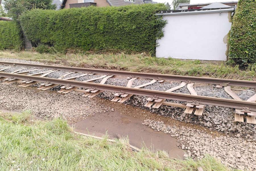 Der Schotter, der unter den Schienen eingebaut war, ist weggespült. Foto: Freiwillige Feuerwehr Leopoldshöhe