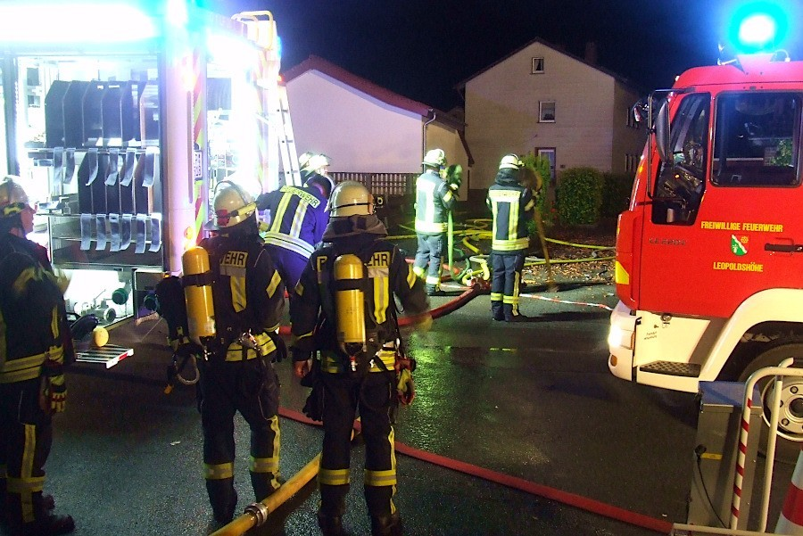 Ein Trupp unter Atemschutz wartet auf seinen Einsatz. Foto: Freiwillige Feuerwehr Leopoldshöhe