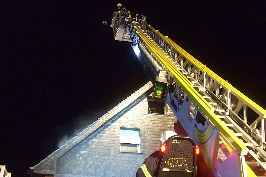 Im Korb der Drehleiter steht eine Einsatzkraft, um unter Atemschutz den Dachstuhlbrand zu löschen. Foto: Freiwillige Feuerwehr Leopoldshöhe
