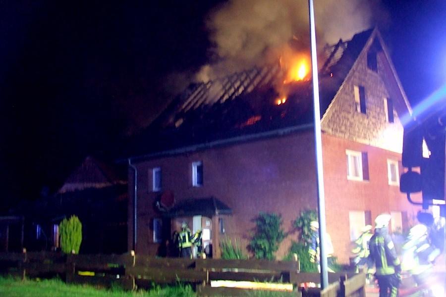 Die Flammen schlagen durch das Dach des Mehrfamilienhauses in Evenhausen. Foto: Freiwillige Feuerwehr Leopoldshöhe
