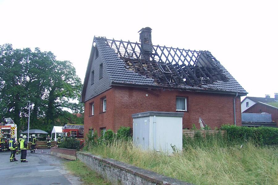 Gerade haben die Einsatzkräfte das Feuer im Dachstuhl des Mehrfamilienhauses in Evenhausen für gelöscht erklärt. Foto: Freiwillige Feuerwehr Leopoldshöhe