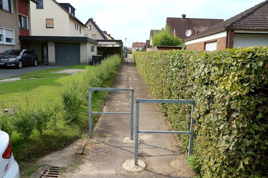 Dieser Fußweg zwischen Grester Straße und der Straße Unter den Eichen wird erneuert, wie auch das Gegenstück zwischen Hauptsraße und der Straße Unter den Eichen. Foto: Thomas Dohna