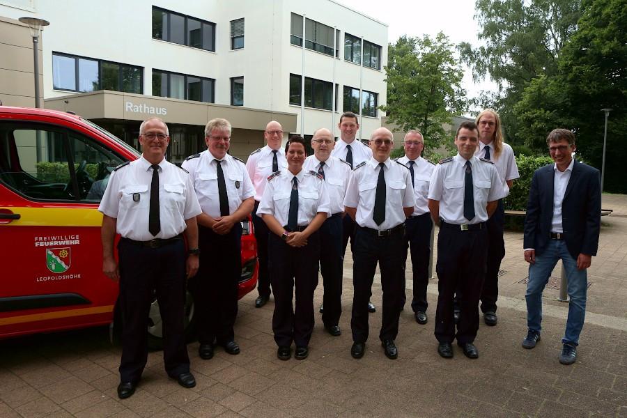 Die neuen und den bisherigen Führungskräfte der Freiwilligen Feuerwehr Leopoldshöhe stehen mit Bürgermeister Martin Hoffmann vor dem Rathaus der Gemeinde. Foto: Thomas Dohna