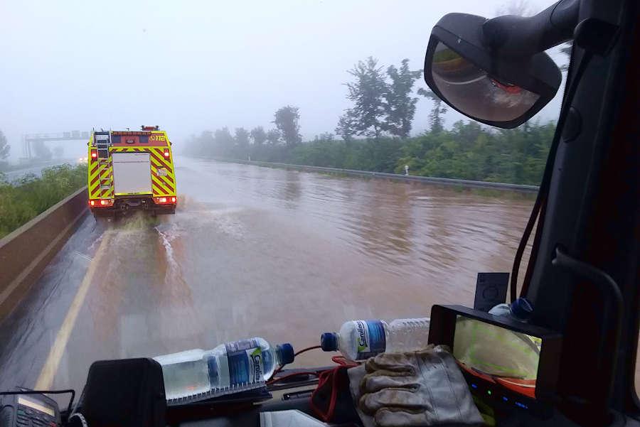 Auf überschwemmten Straßen mussten die Feuerwehrleute in das Katastrophengebiet im Rheinland fahren. Foto: Freiwillige Feuerwehr Leopoldshöhe