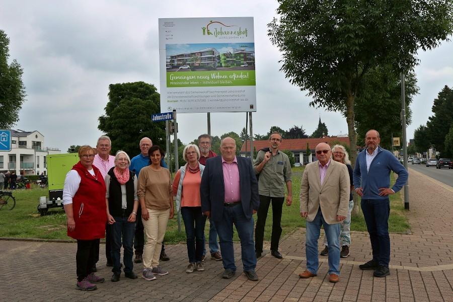 Zukünftige Bewohner, Architekten, Bauherren und stellvertretende Bürgermeister haben sich vor dem in den vergangenen Tagen aufgestellten Bauschild für den Johanneshof aufgestellt. Foto: Thomas Dohna