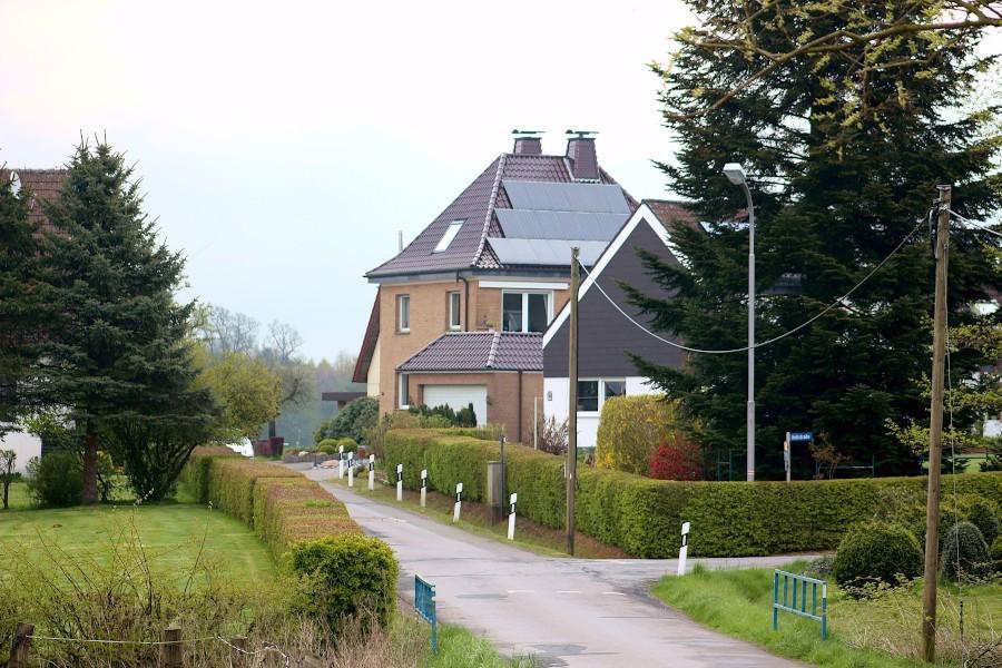 Die Straßen in der Siedlung Holtstraße in Asemissen haben seit Jahrzehnten provisorischen Charakter. Sie sollen 2024 ausgebaut werden, schlägt die Gemeindeverwaltung vor. Archivfoto: Thomas Dohna
