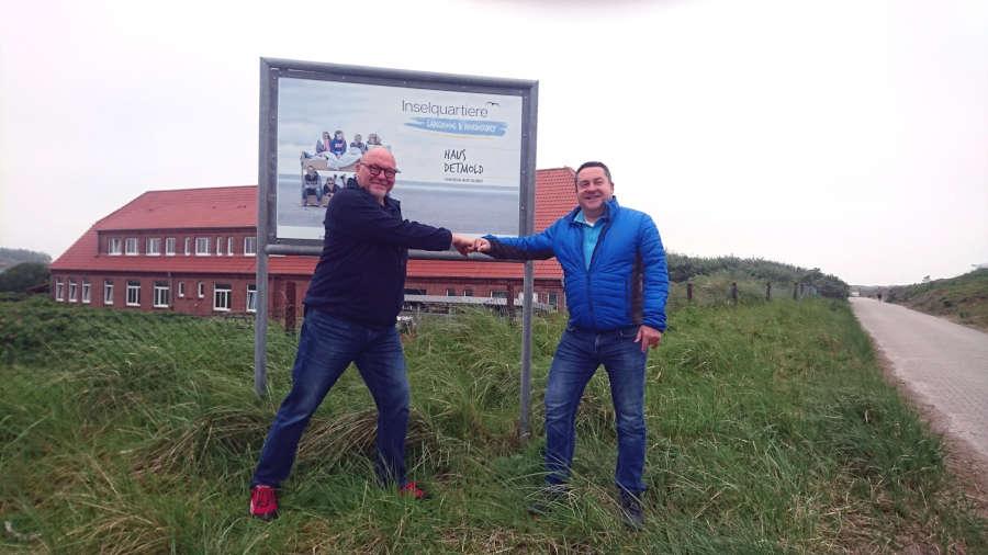 """70 Jahre """"Haus Detmold"""": Landrat Dr. Axel Lehmann und Hausleiter Frank Schwäbisch vor dem Inselquartier auf Norderney."""
