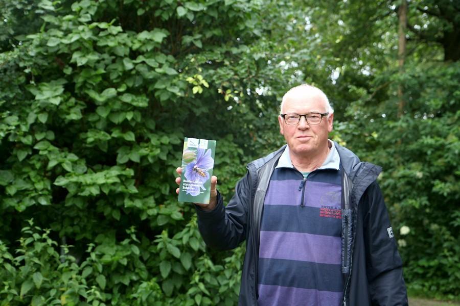 Der Sprecher der Leopoldshöher Gruppe des Naturschutzbundes Deutschlnad, ewald Thies, zeigt den Flyer, mit dem für die Umwandlung von Schotter- in pflegeleichte naturnahe Gärten geworben wird. Foto: Thomas Dohna