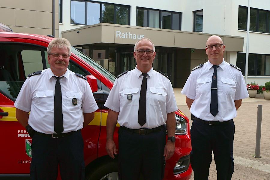 Harald Schubert (Mitte) bleibt Leiter der Freiwilligen Feuerwehr Leopoldshöhe, Detlef Schewe (links) und Frank Kogelnik sind seine Stellvertreter. Foto: Thomas Dohna