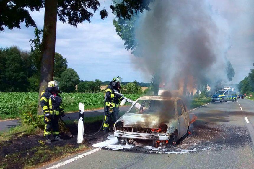 Auf der Schötmarschen Straße brannte ein Kleinwagen. Die Kräfte der Freiwilligen Feuerwehr Leopoldshöhe löschten ihn. Foto: Freiwillige Feuerwehr Leopoldshöhe
