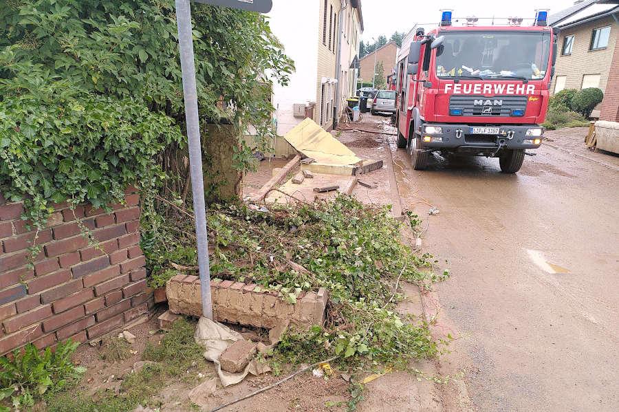 In einer zuvor noch überfluteten Straße steht der Rüstwagen der Leopoldshöher Feuerwehr und sorgt für Strom für Pumpen. Foto: Freiwillige Feuerwehr Leopoldshöhe