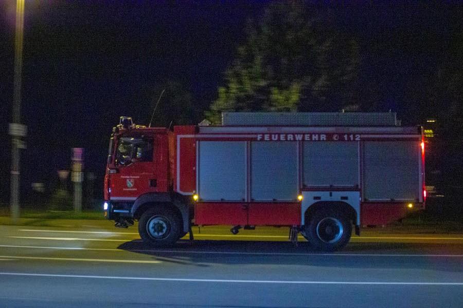 Der Rüstwagen der Freiwilligen Feuerwehr Leopoldshöhe ist auf dem Weg zur Feuerwache Bad Salzuflen. Dort sammeln sich die Kräfte aus Lippe, die nach Euskirchen ausrücken, um dort gegen das hochwasser zu kämpfen. Foto: Leon Stock
