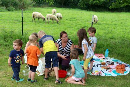Schäferin Marlen Tilleke verteilt an die Kinder des ersten Familienpicknicks auf dem Heimathof Schalen mit Obst und Gemüse für die Schafe. Foto: Thomas Dohna