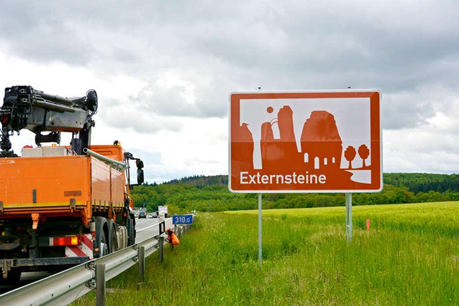 Schild von den Externsteinen an der A2. Foto: Kreis Lippe