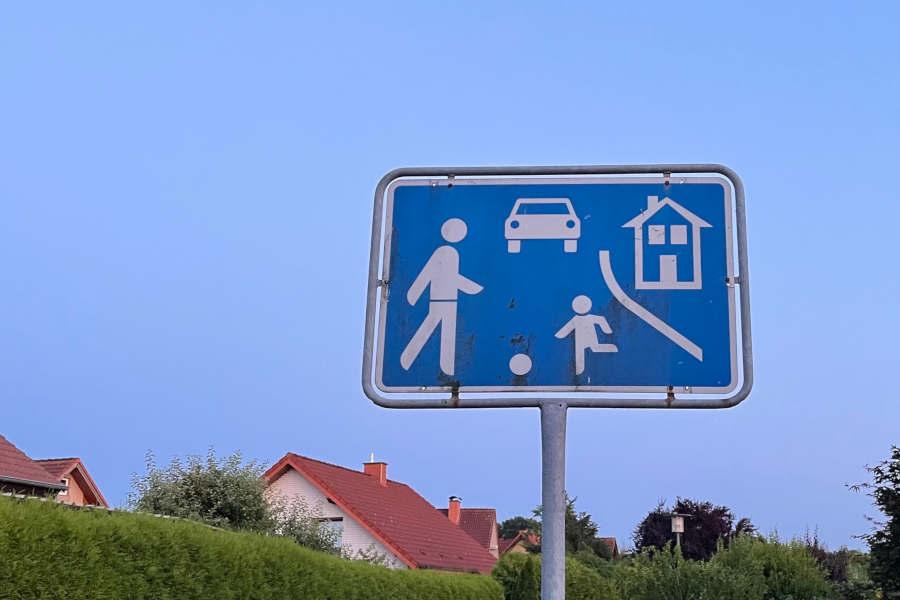 Verkehrsberuhigte Zonen sollen das Unfallrisiko minimieren und räumen Fußgängern Vorrang ein. Spielende Kinder und Fußgänger dürfen die komplette Straße nutzen, Autofahrer und Radler müssen hier besondere Rücksicht nehmen.
