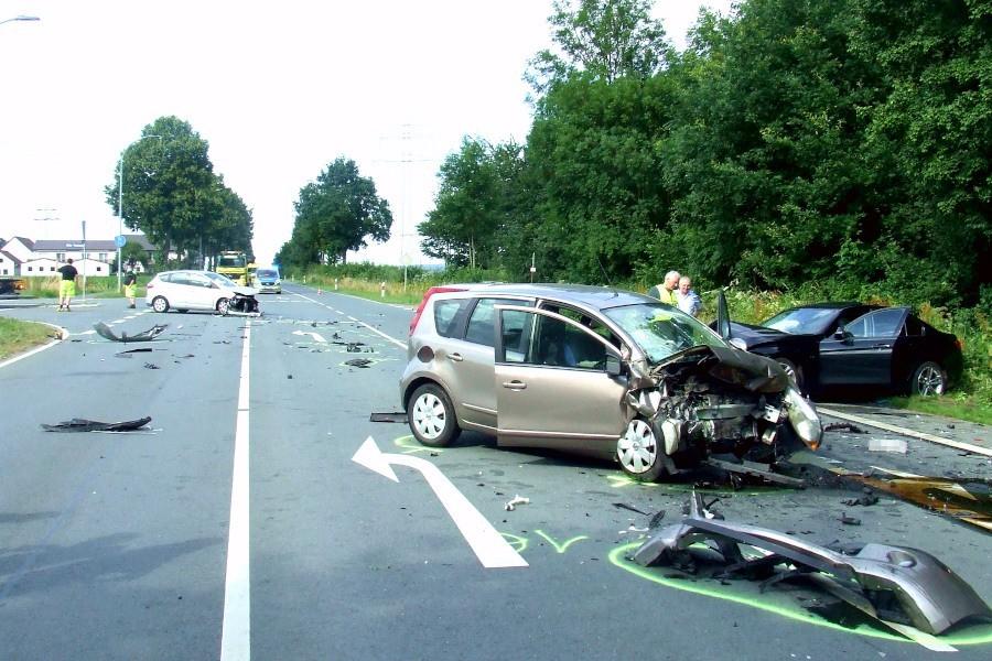 Drei Fahrzeuge waren an dem Unfall auf der Schötmarschen Straße in Höhe der Einmündung des Alten Postweges beteiligt. Foto: Freiwillige Feuerwehr Leopoldshöhe