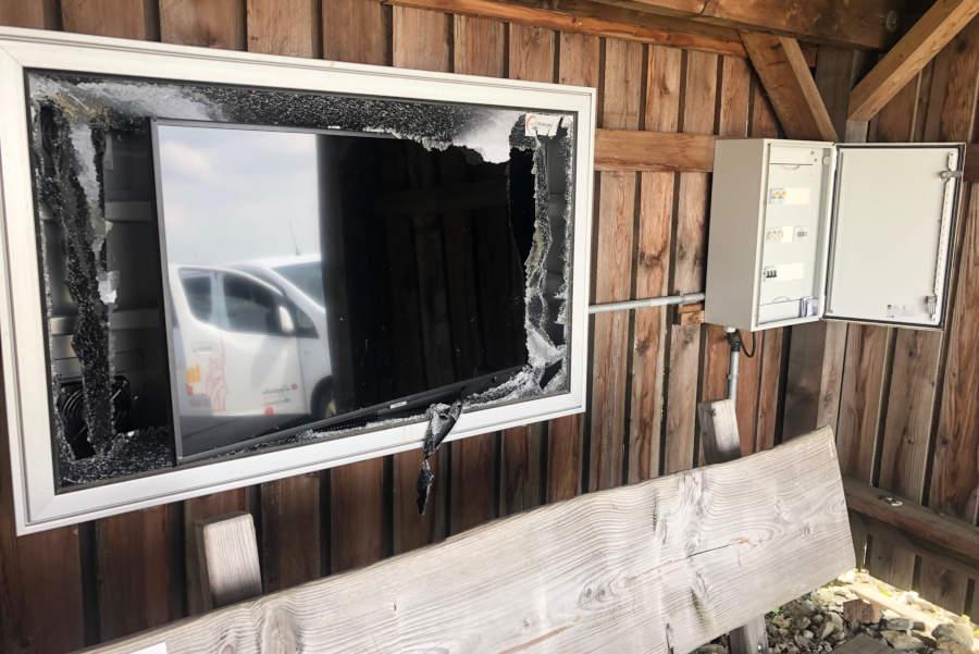 Unbekannte haben den Bildschirm in der Schutzhütte auf dem Kleeberg zerstört. Fotos: Lippe Tourismus und Marketing GmbH