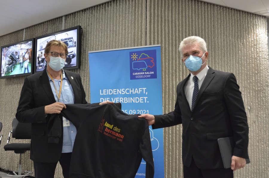 Treffpunkt Caravan Salon 2021 - (v.l.) Günter Weigel (Geschäftsführer der Lippe Tourismus und Marketing GmbH) und Prof. Dr. Andreas Pinkwart (Minister für Wirtschaft, Innovation, Digitalisierung und Energie). Foto: LTM