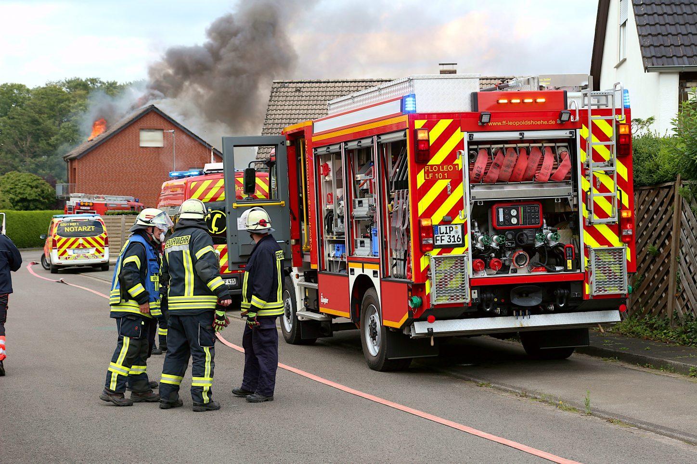 Dichter Rauch dringt aus dem Haus am Iltisweg. Die Feuerwehr ist gerade eingetroffen. Foto: Edeltraud Dombert