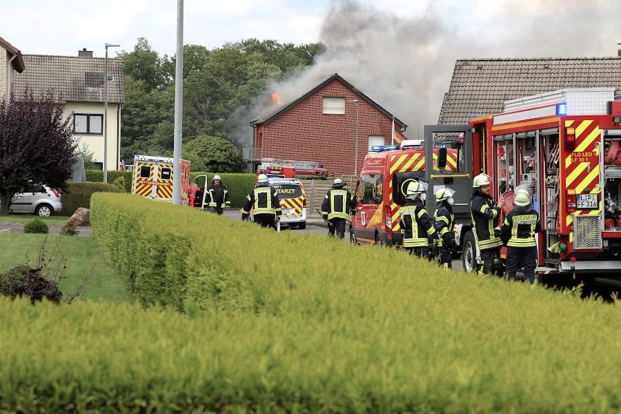 Als die Feuerwehr am Iltisweg eintrifft, schalgen die Flammen schon durch das dach. Foto: Edeltraud Dombert