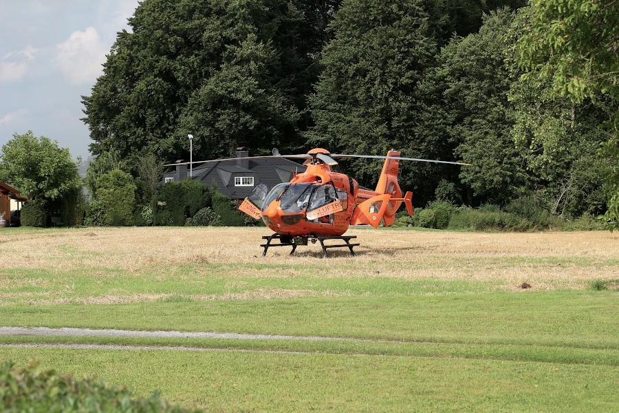Der Rettungshubschrauber Christoph 13 wartet auf einem Feld auf den Schwerverletzten. Foto: Edeltraud Dombert