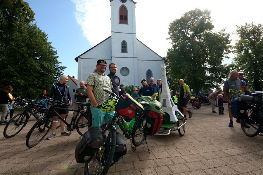 Florian Keiper (mit Kappe) hat eine Fahrraddemonstration organisiert, die von Essen über Leopoldshöhe nach Berlin führt. So soll für bessere Bedingungen für Fahrradfahrer geworben werden. Dafür führen sie auch einen Eifelturm mit. Foto: Thomas Dohna